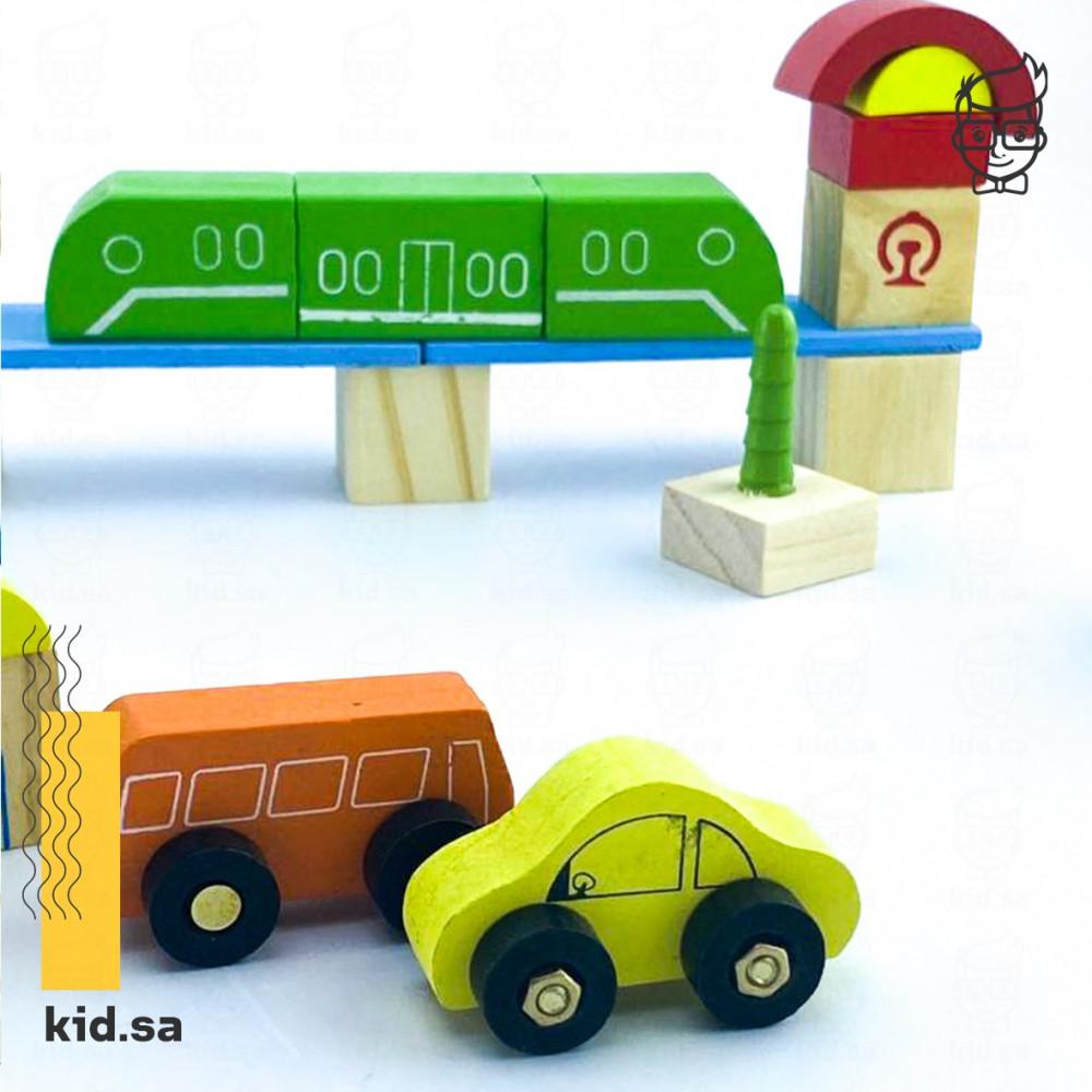 لعبة قطار اخضر خشبي مع سيارات ملونة وباص