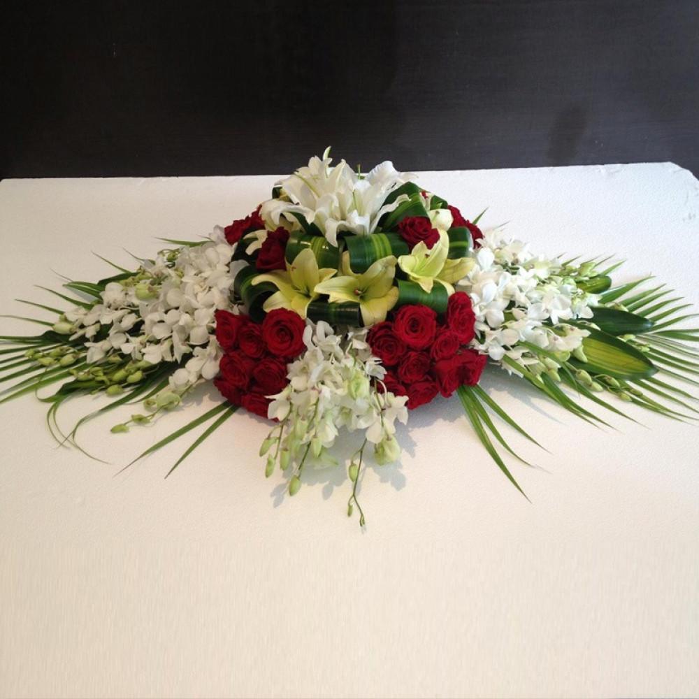 تنسيقة من الورود توضع على الطاولة للمناسبات والحفلات والأعراس