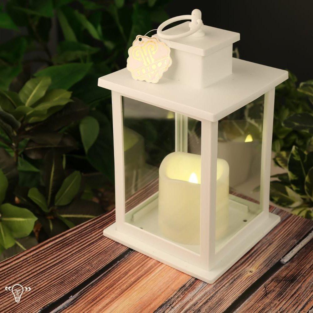 فوانيس رمضان بيضاء تدخل فيها الشموع