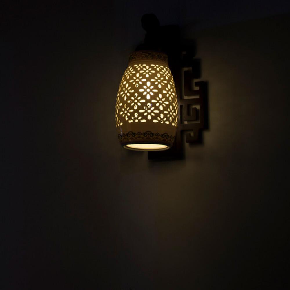 انارة تراثية ستايل صيني بقاعدة خشبية مع زجاج مزخرف - فانوس