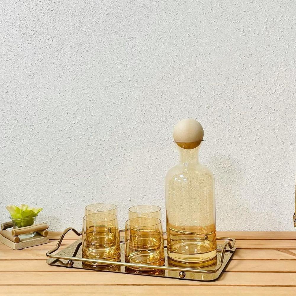 ابريق وكاسات زجاج شفاف عسلي مستلزمات مطبخ وتقديم صينية حديد ذهبية