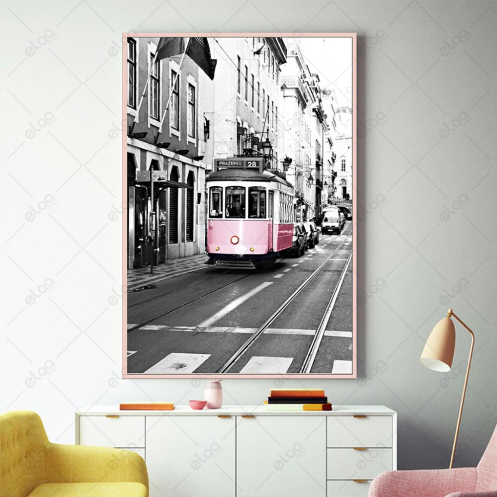 لوحة منظر طبيعي لشوارع مدينة بالاسود والابيض والوردي الانتقائي