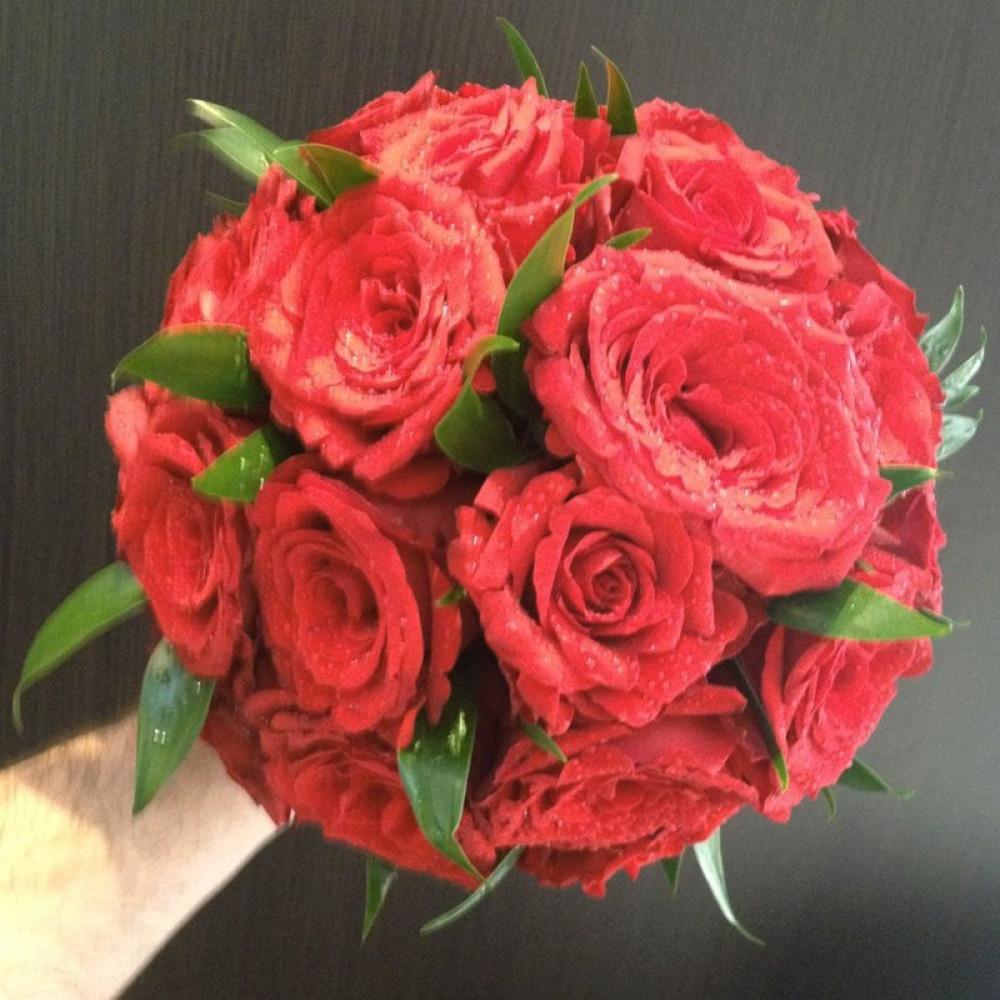مسكة عروس باللون الأحمر من الروز الأحمر