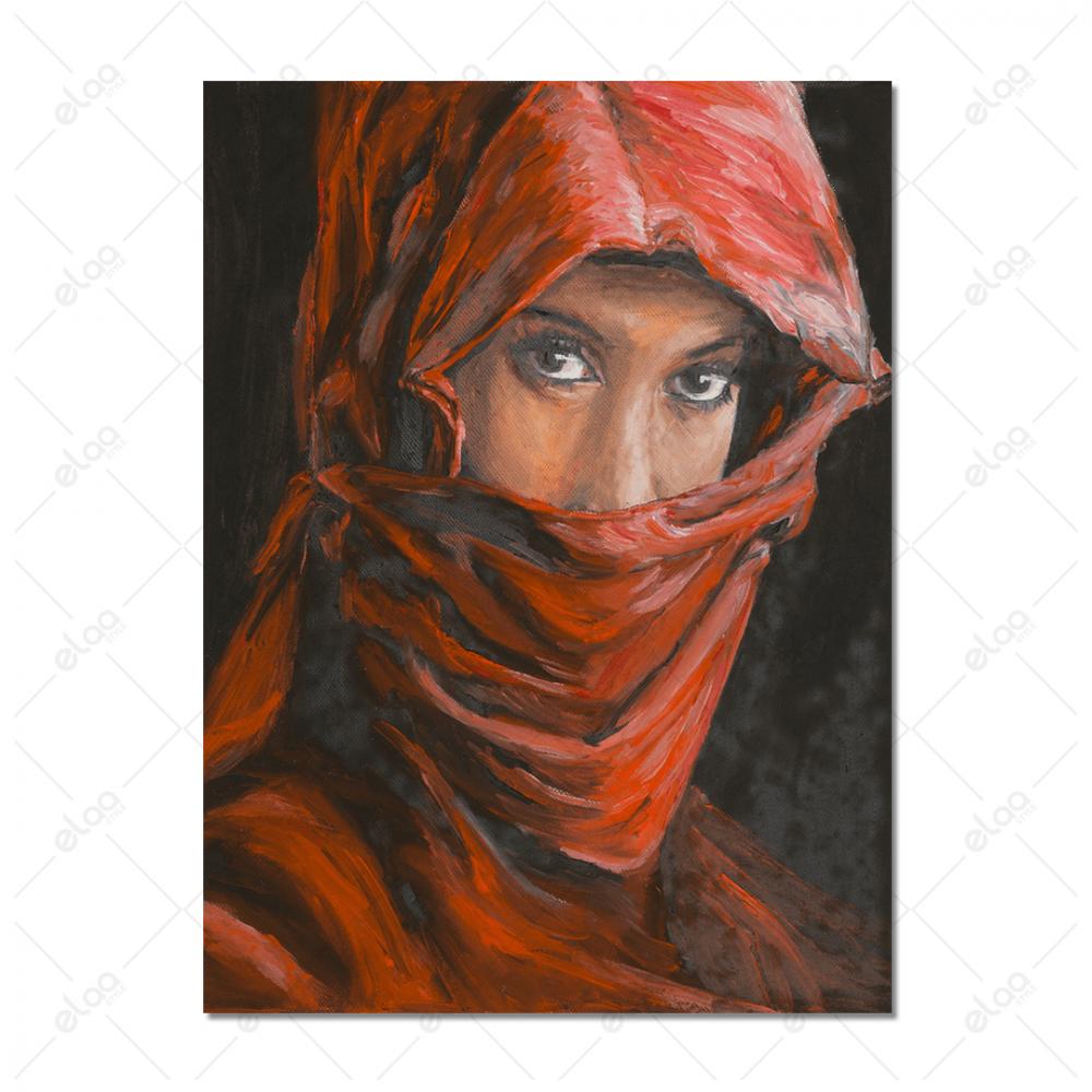 امراة ملثمة بشال أحمر وخلفية باللون الاسود