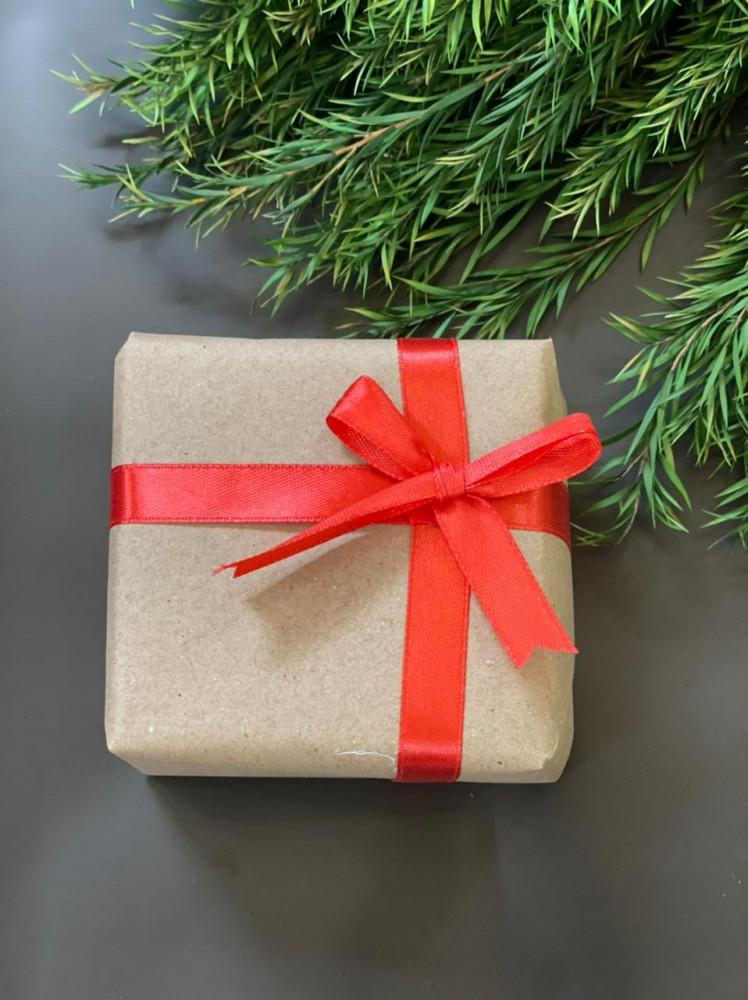 تغليف هدية شريطة حمراء
