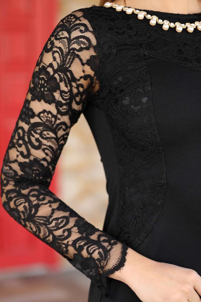 فستان أسود بأكسسوار رقبة
