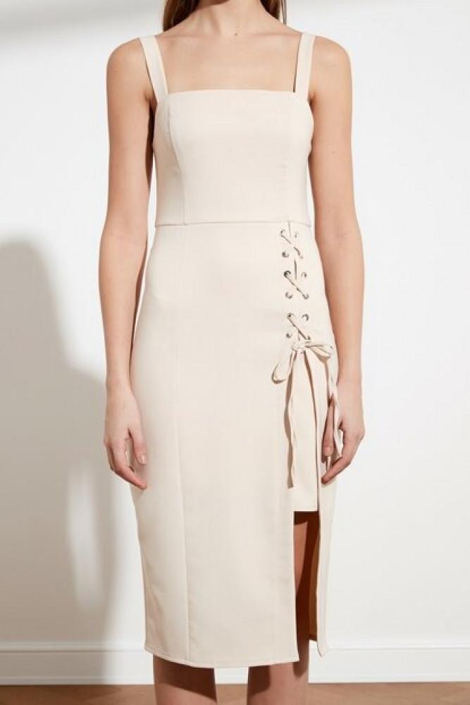 فستان كريمي مفصل بآيليت نسائي