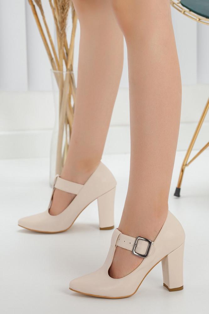 حذاء جلد كريمي بكعب نسائي