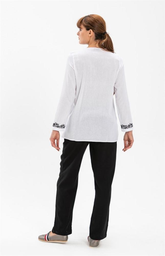 بلوزة بيضاء بأكمام طويلة نسائية