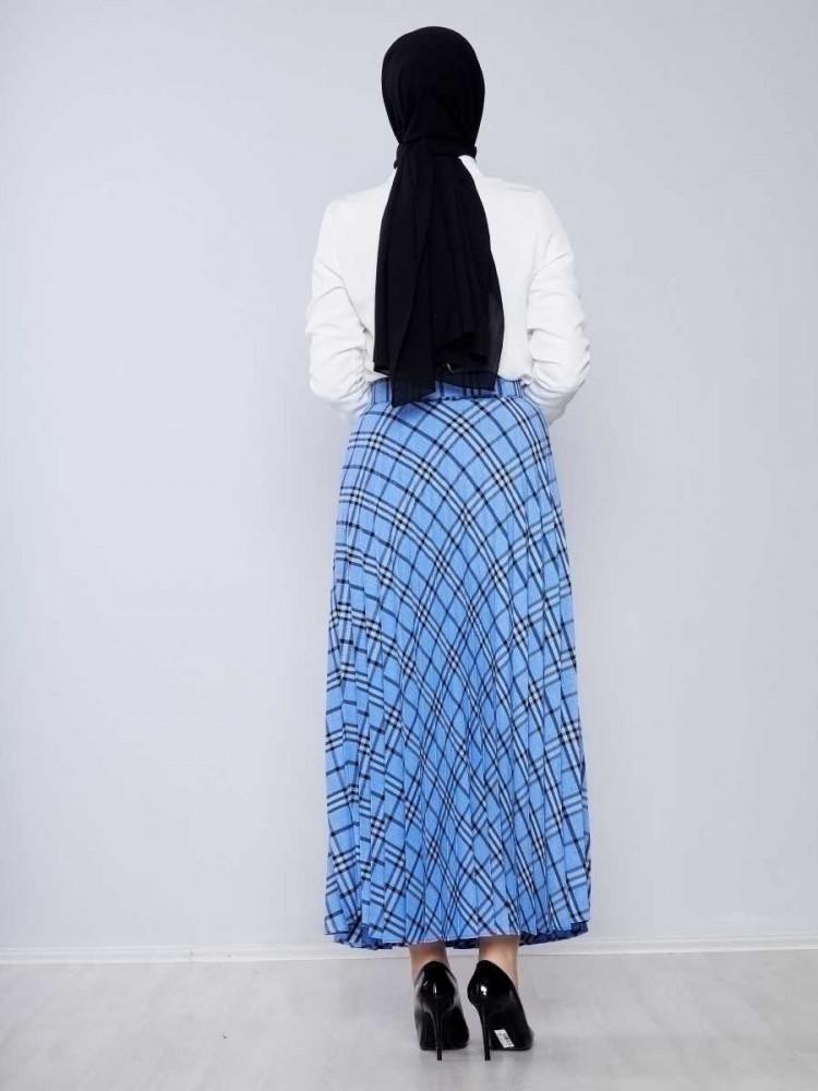 تنورة طويلة واسعة زرقاء بمربعات وحزام نسائية