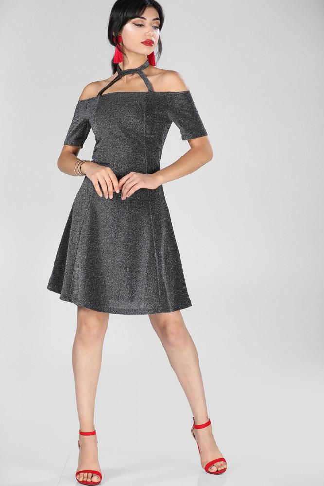 فستان أسود اللون مزخرف