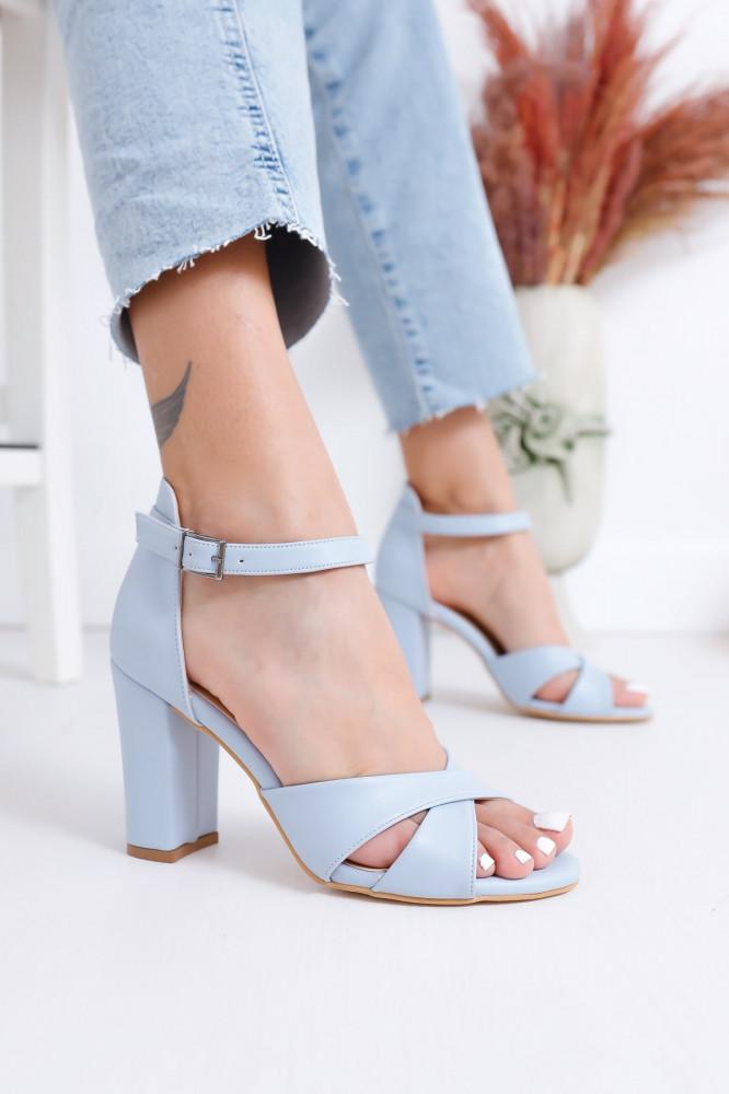 حذاء جلد أزرق فاتح بكعب نسائي