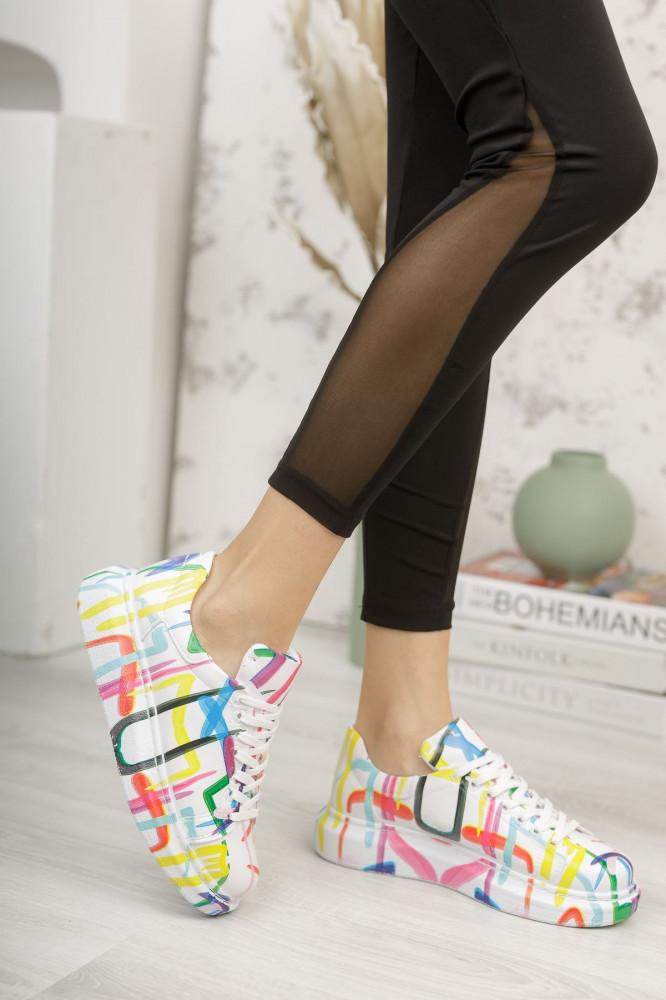 حذاء رياضة أبيض بطبعة ورباط نسائي