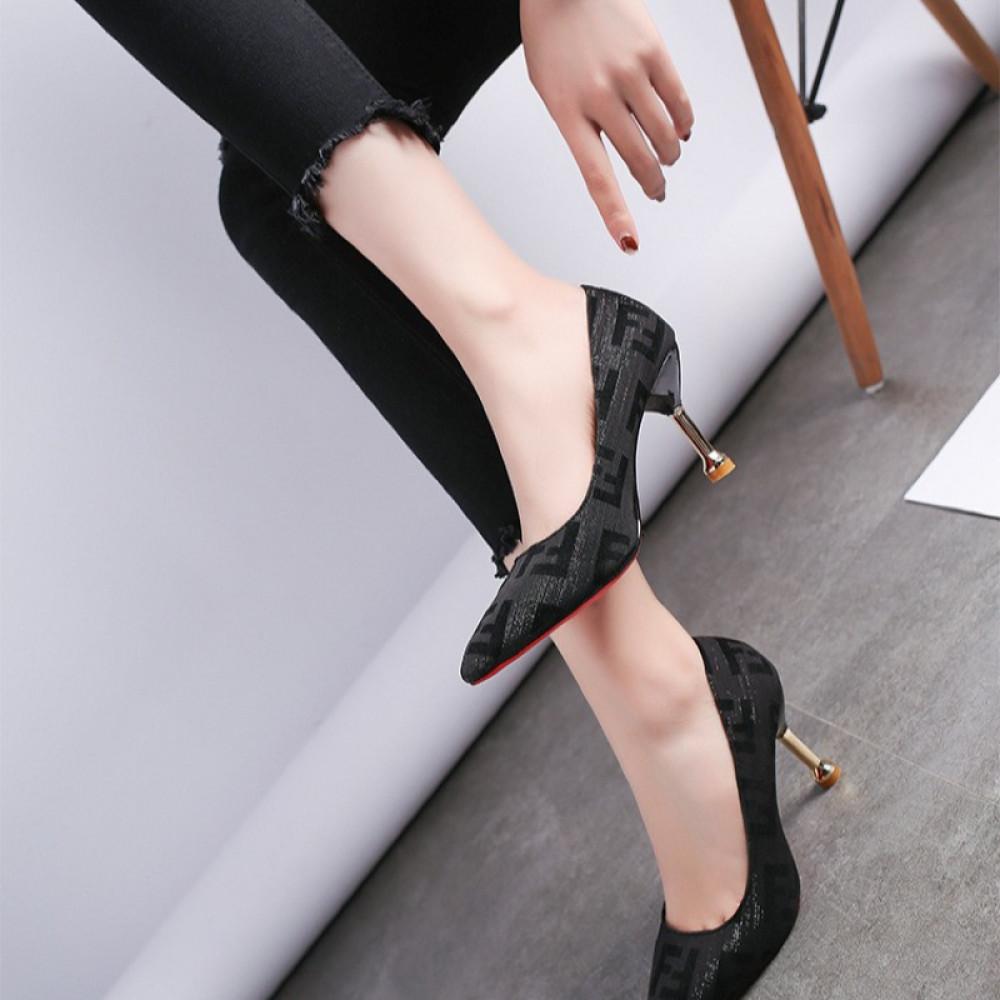 حذاء بكعب عالي أسود أنيق بنقشة جذابة - متجر تواجد