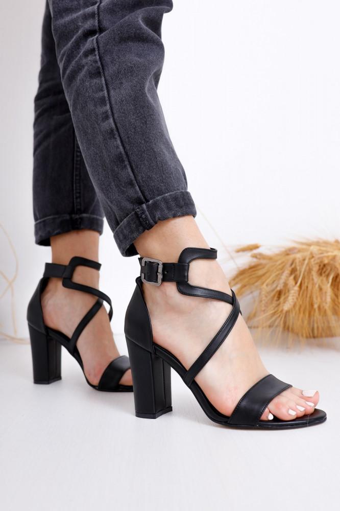 حذاء جلد أسود بكعب نسائي