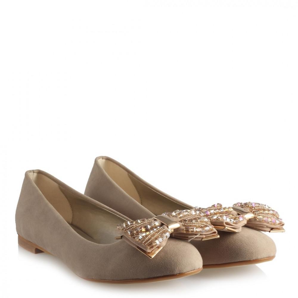 حذاء فلات بيج غامق بقفل وفصوص نسائي