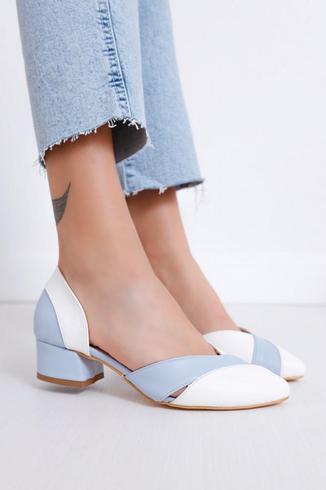 حذاء جلد أبيض أزرق فاتح بكعب نسائي