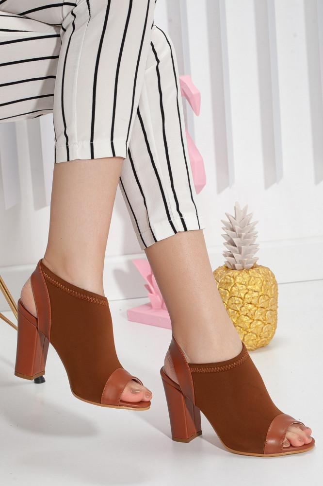 حذاء بني بكعب نسائي