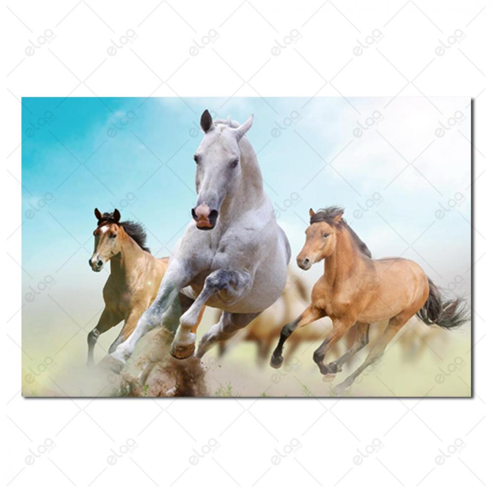 لوحة فنية لمنظر طبيعي لمجموعة من الخيول بخلفية مدرجة للألوان السماوي و