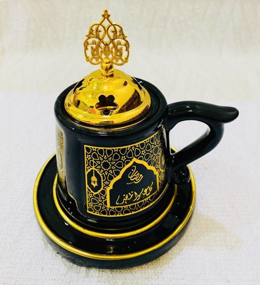 مبخرة بتصميم كوب أسود مع صحن بنقش ذهبي رمضاني