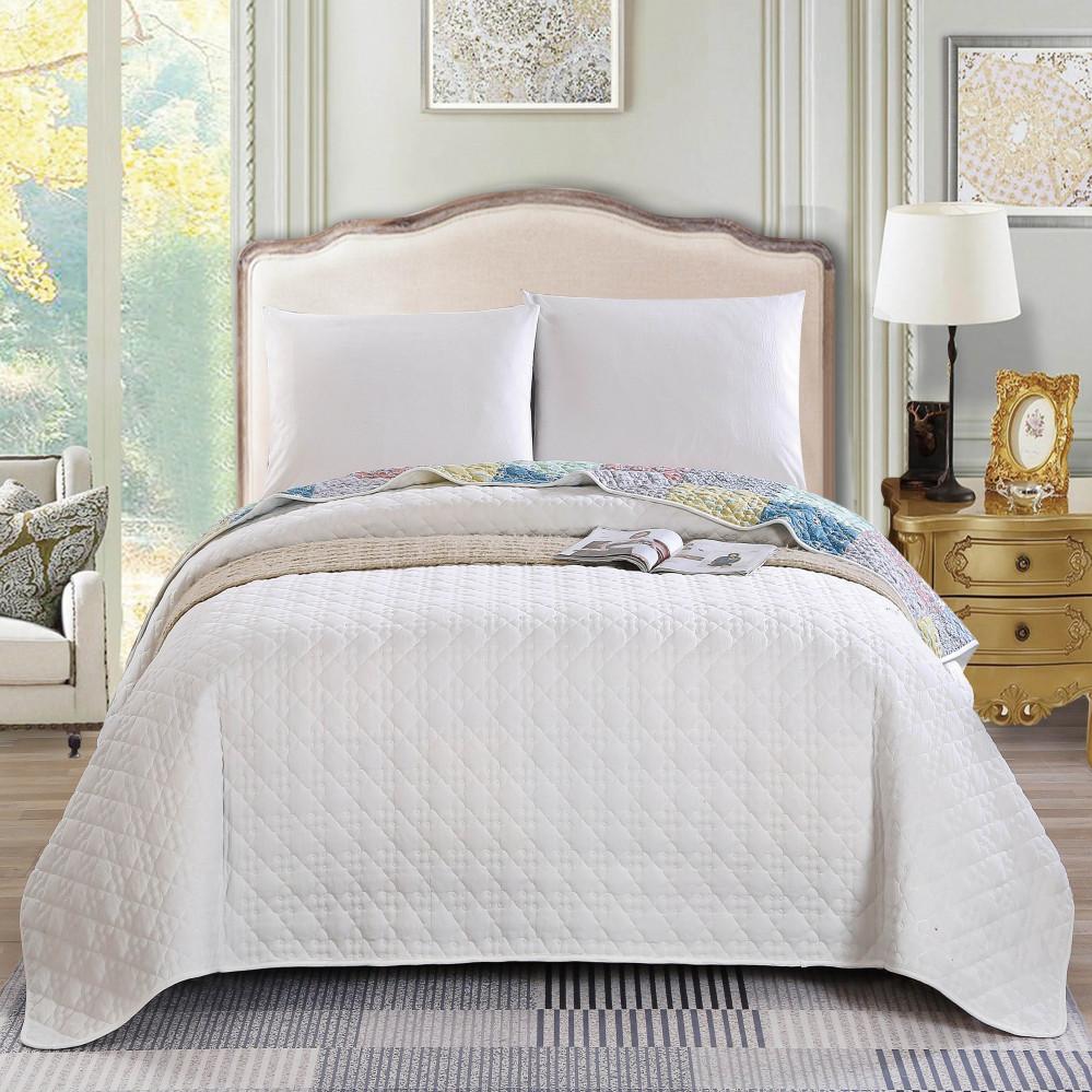 غطاء سرير لون أبيض يجمع بين التصميم الكلاسيكي مع الحديث بنعومة قطنية