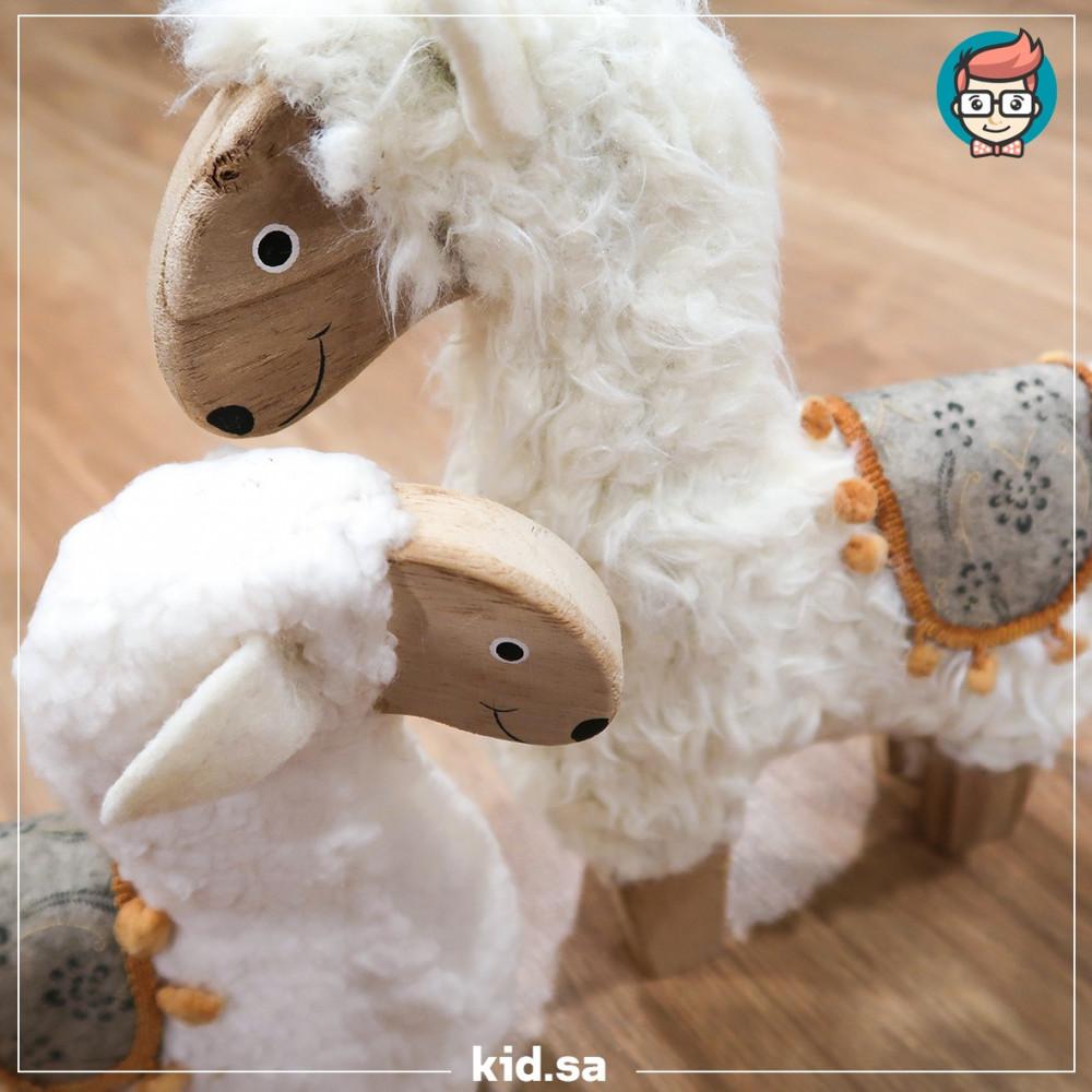 تزين خروف عيد الاضحى خشبي و عليه فروة بيضاء
