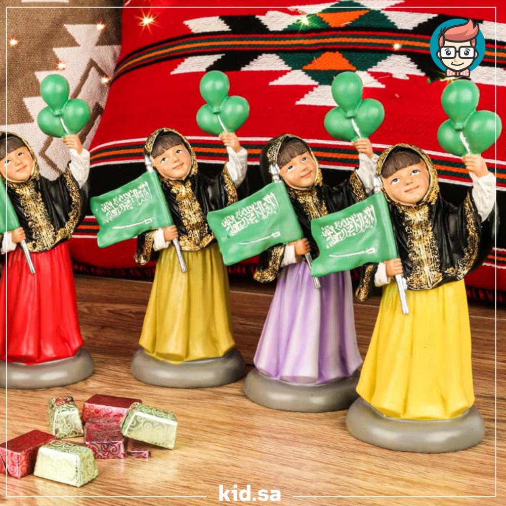 تحف بنات صغار يحملون بلالين لليوم الوطني السعودي