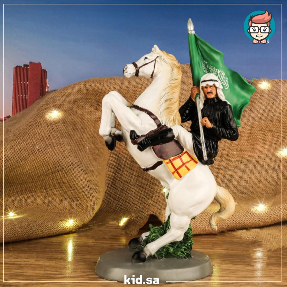 تحف فارس سعودي على الخيل العربي يحمل البيرق السعودي
