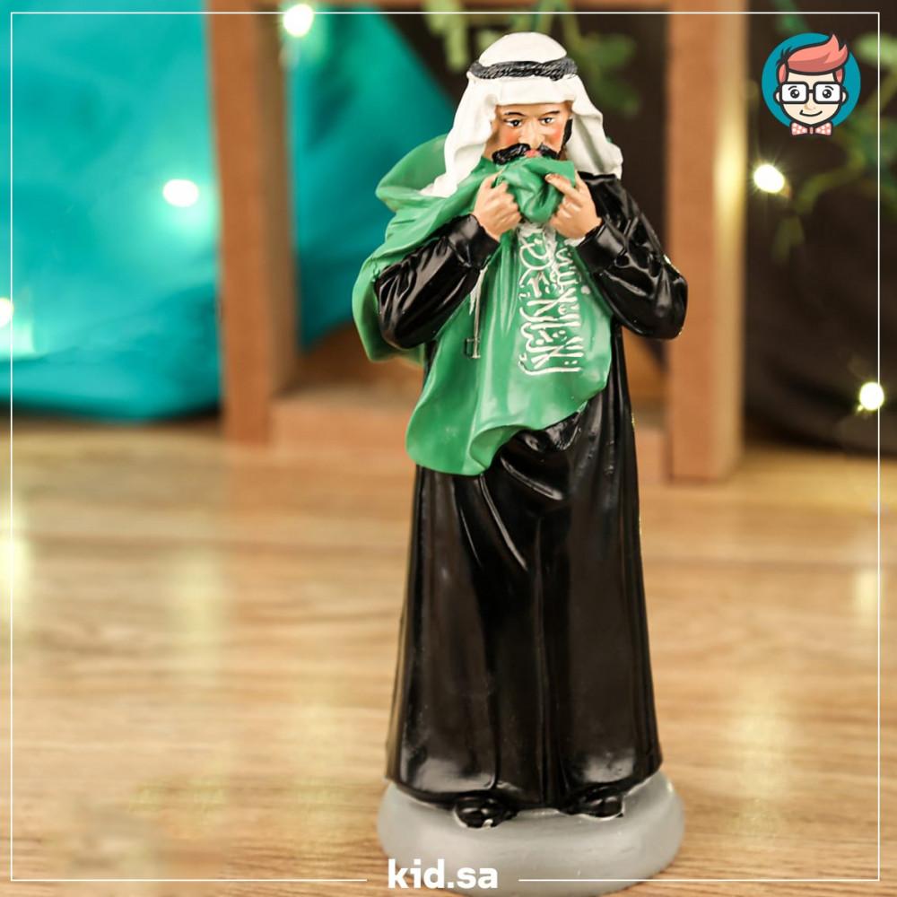 تحفة رجل سعودي يقبل العلم السعودي لليوم الوطني