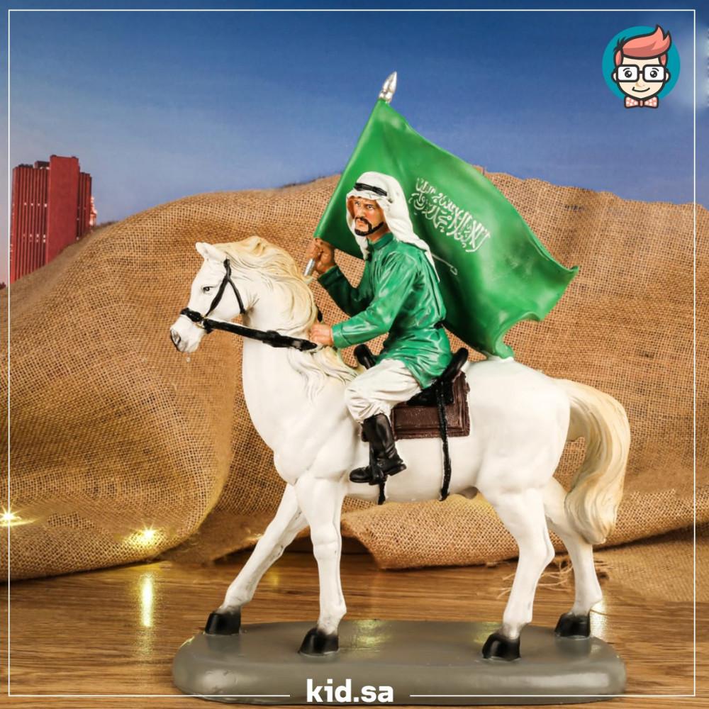 تحفة فارس سعودي يحمل العلم على خيل عربي