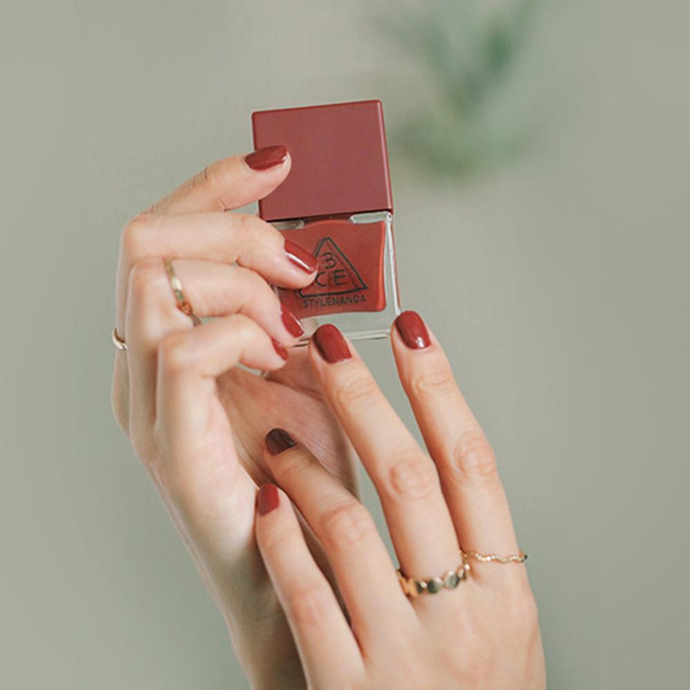 طلاء أظافر لون أحمر مسائي مناكير سهرة موضة ألوان المناكير لون تريندي