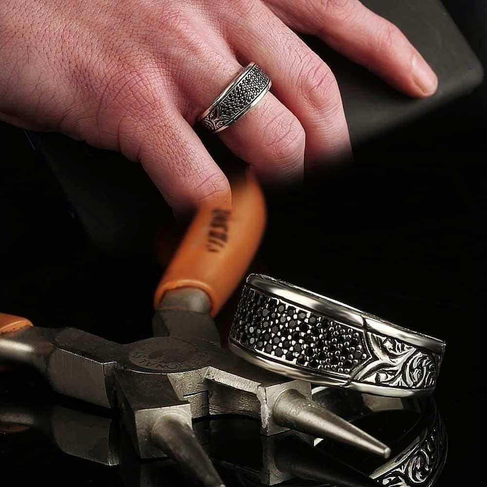 خاتم راقي من الفضة الخالصة بفصوص زركون أنيقة