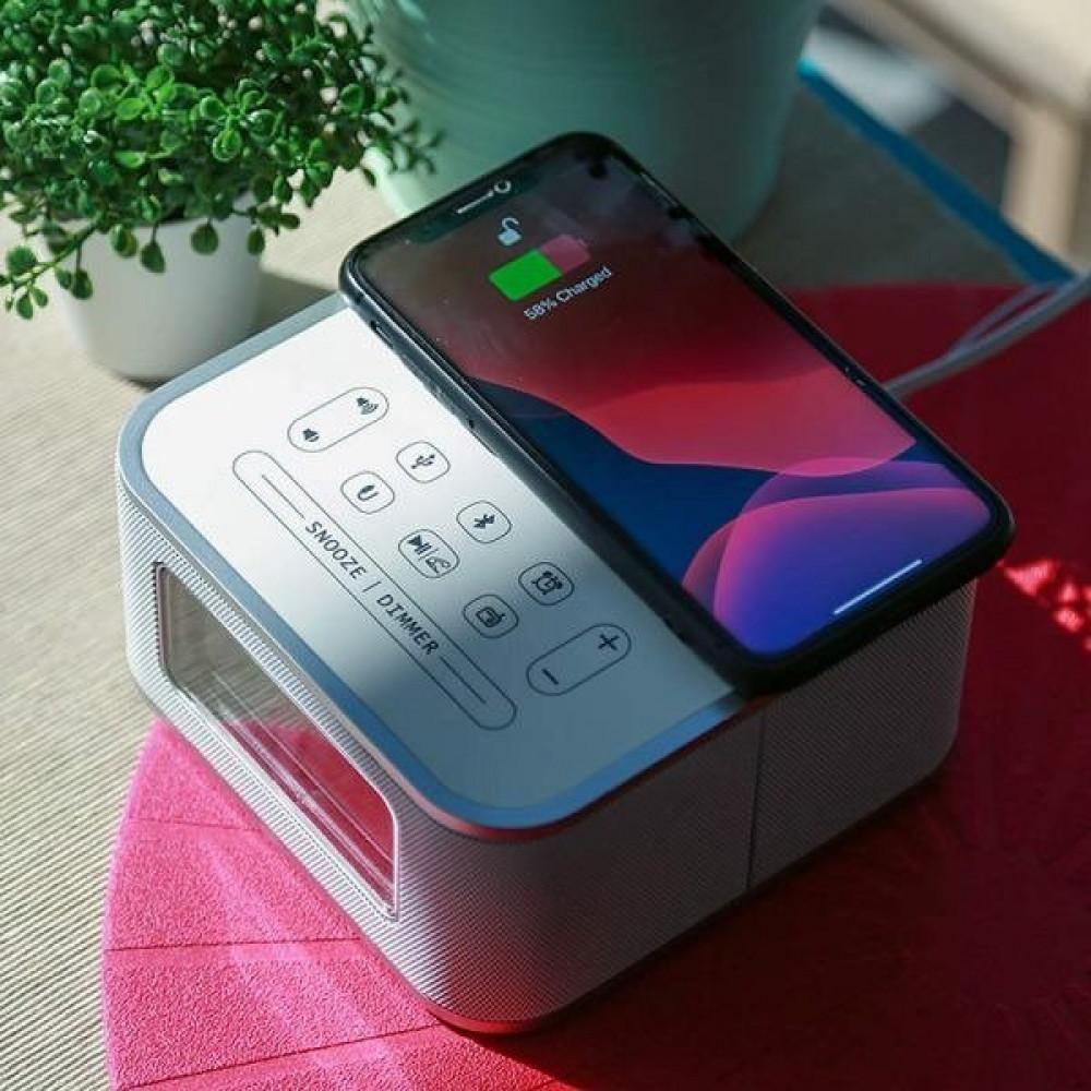 هاتف يشحن لاسلكيا عند وضعه على منصة الشحن اللاسلكي