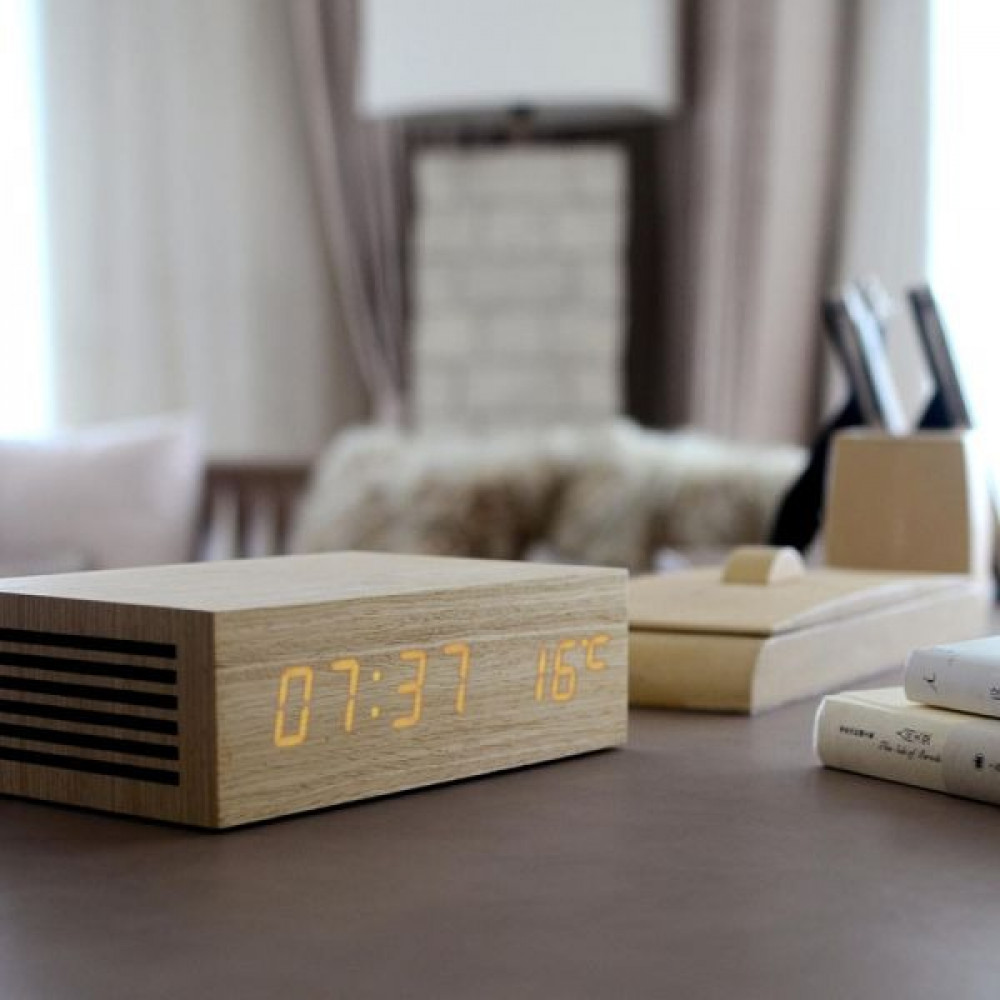 ساعة منبه  مع قاعدة شحن لاسلكية مصنوعة من الخشب