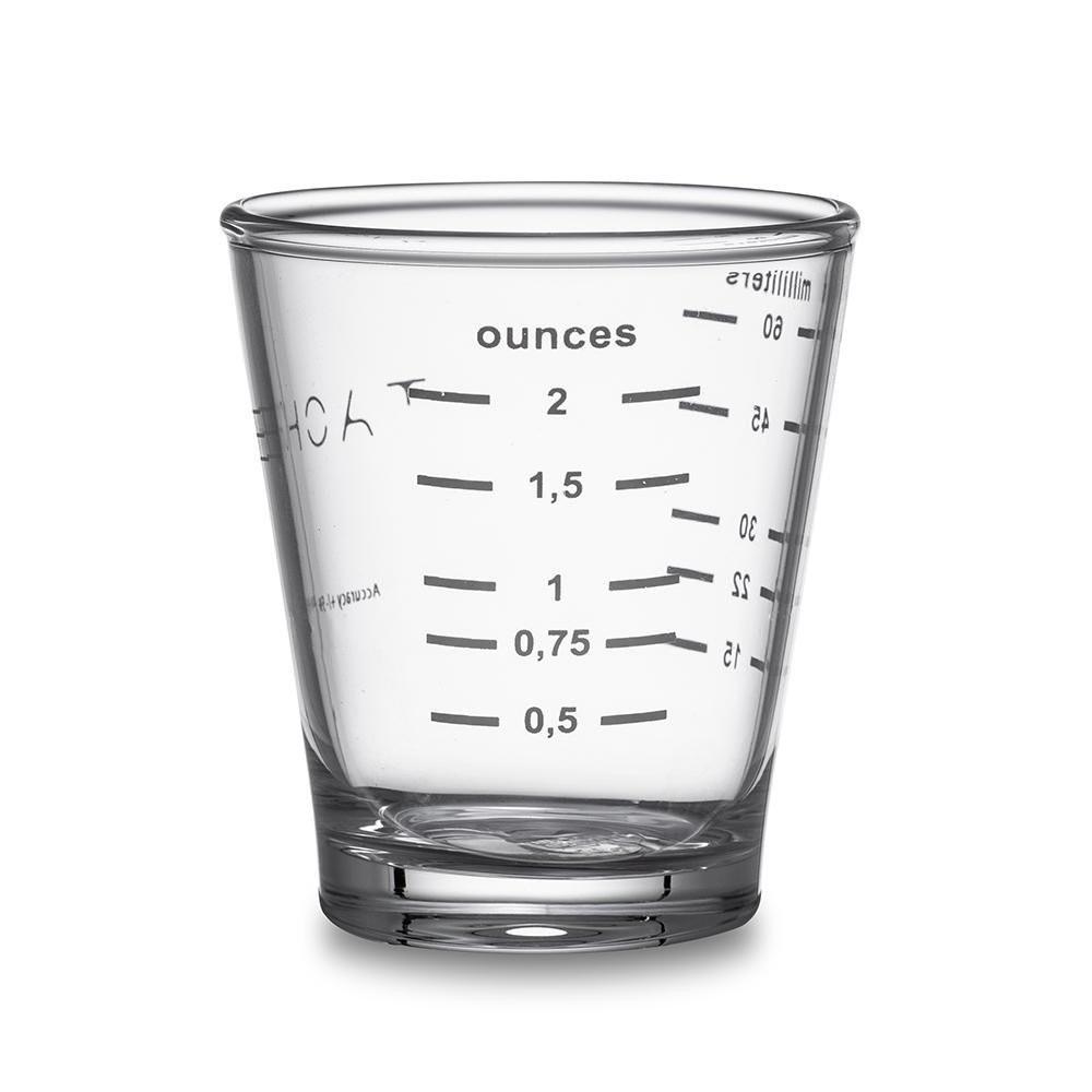 كأس زجاجي شفاف