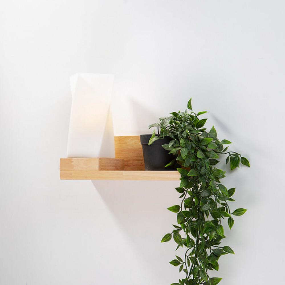 ابجورة جدارية مع زجاج مثلج مائل على رف خشبي  - فانوس