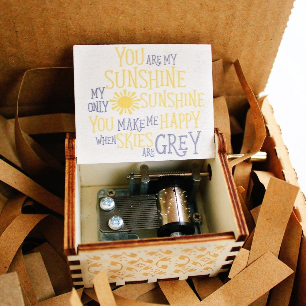 صندوق موسيقى خشبي أصفر you are my sunsh أفكار هدية عيد الميلاد متجر