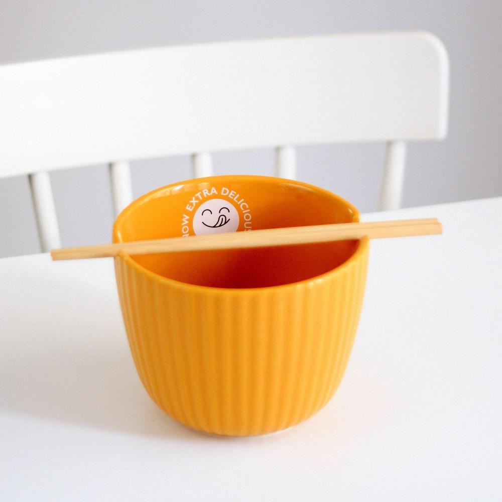 وعاء خزف للنودلز مع أعواد أكل آسيوية لون أصفر طريقة عمل الرامن كوري