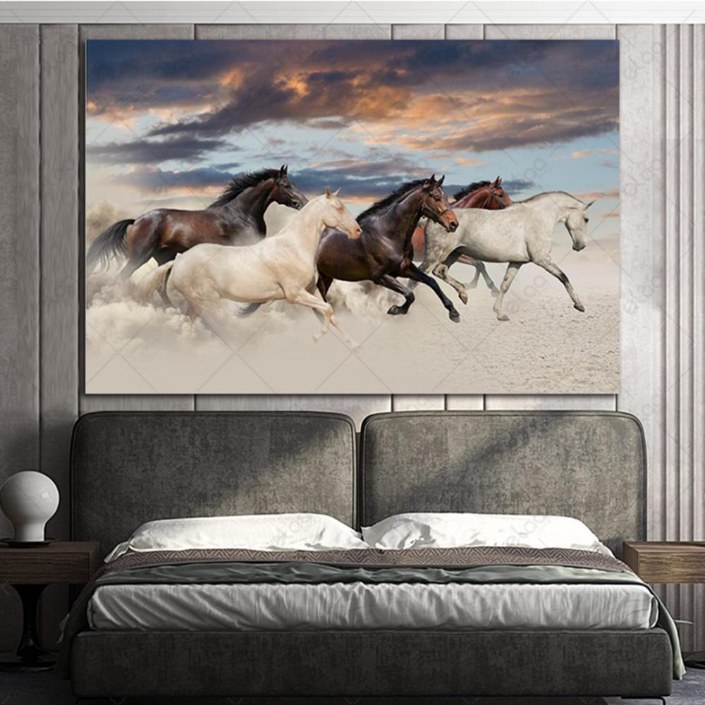 لوحة فنية لمنظر طبيعي لمجموعة من الخيول بألوان مختلفة وسماء شبه غائمة