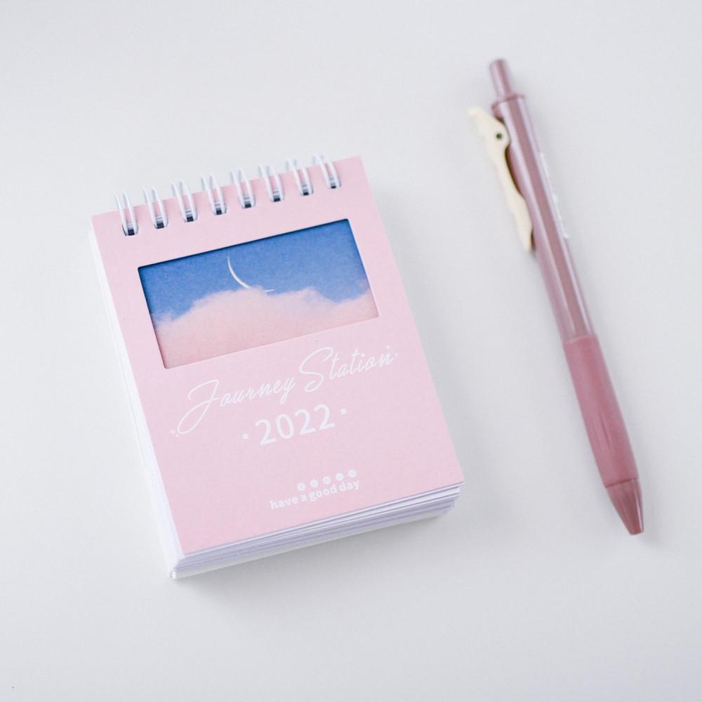 التقويم الميلادي 2022 تقويم قلم للمكتب أجندة 2022 أفكار هداي قرطاسية