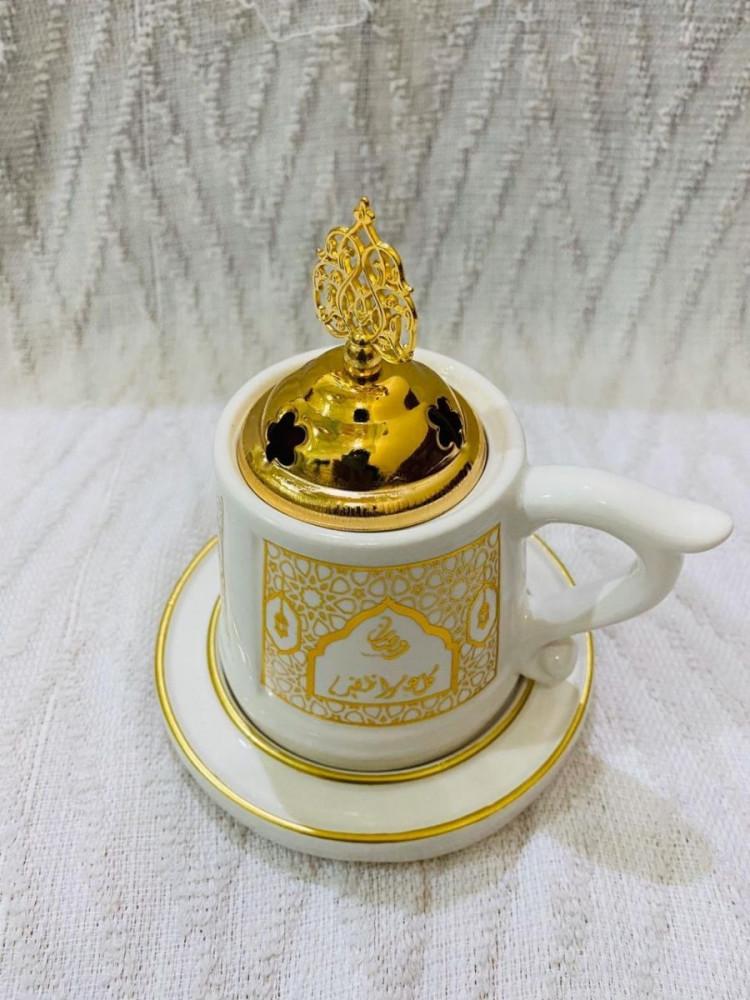مبخرة بتصميم كوب أبيض مع صحن بنقش ذهبي رمضاني