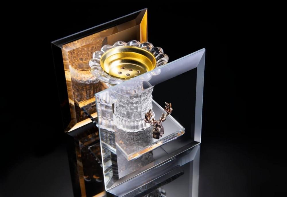 مبخرة زجاج بلون عسلي عليها شعار غزال