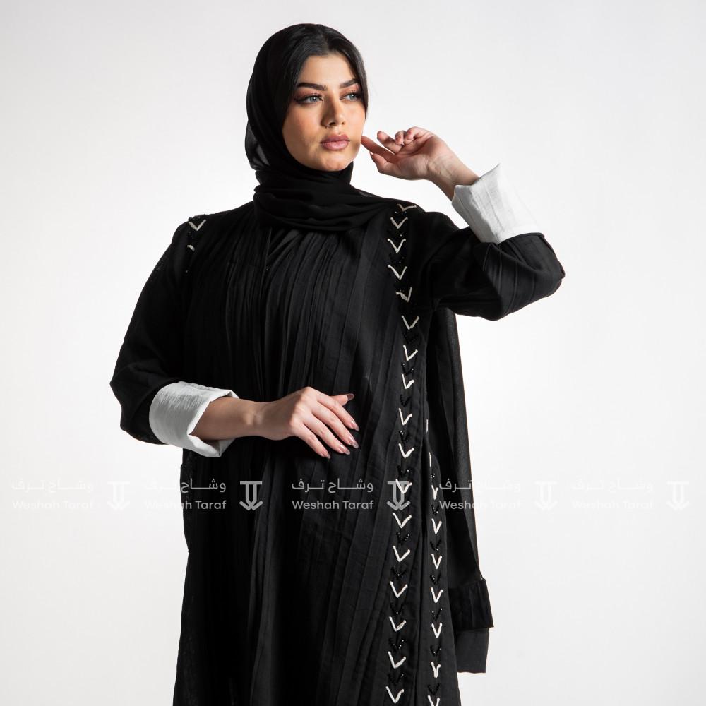 عباية قماش لنن شك مع تطريز جانبي لون أسود