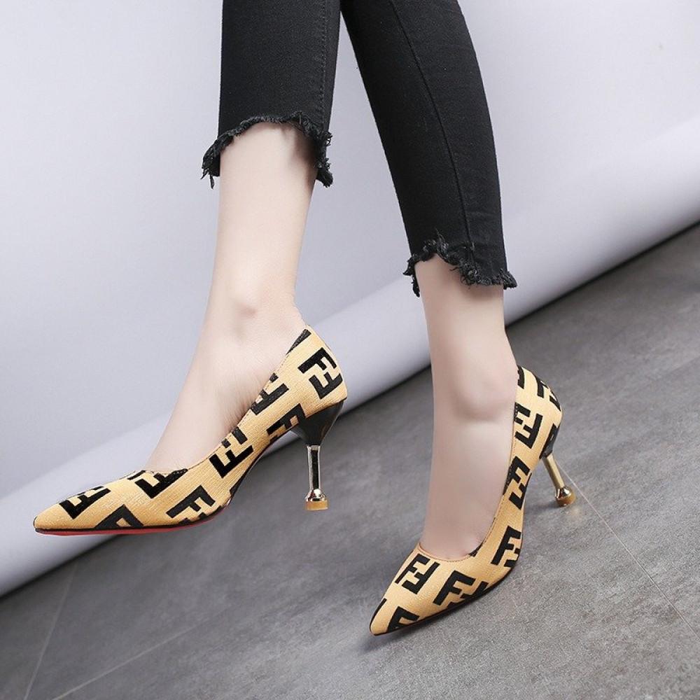 حذاء بكعب عالي أصفر أنيق بنقشة جذابة - متجر تواجد