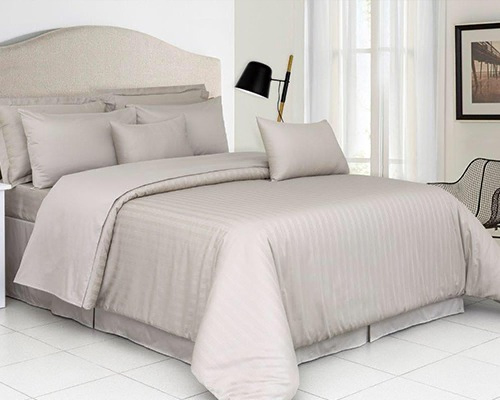 مفرش سرير نفر ونص كوين مقلم لونه بيج