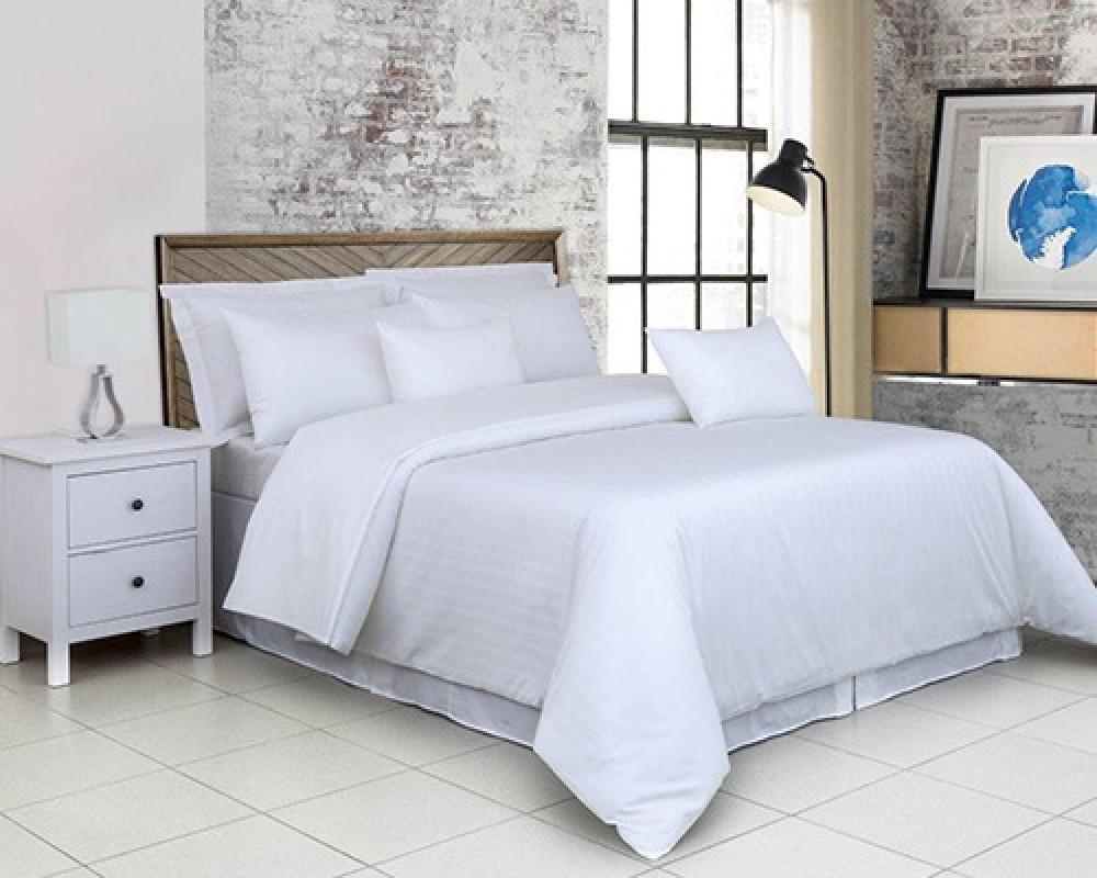 مفرش سرير فندقي نفر ونص كوين لونه ابيض