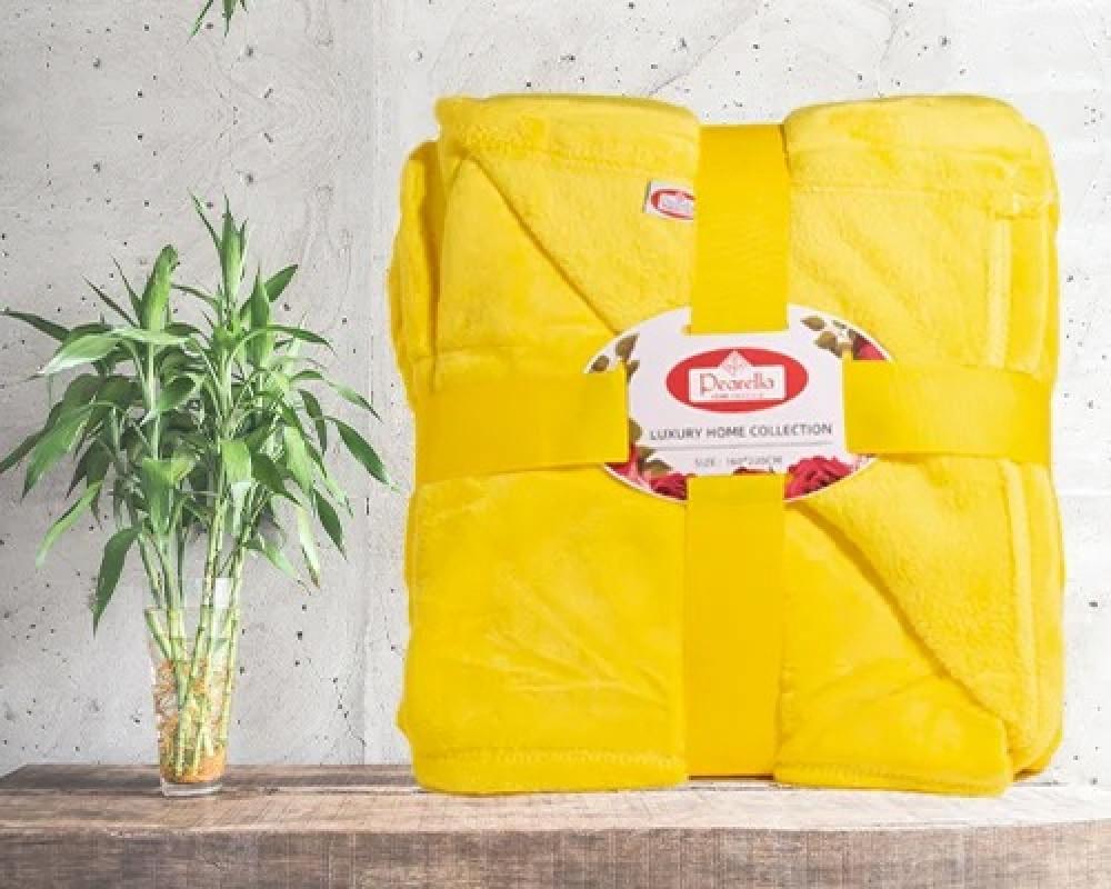 بطانيه خفيفه نفر ونص تشعرك بالدفء لونها اصفر