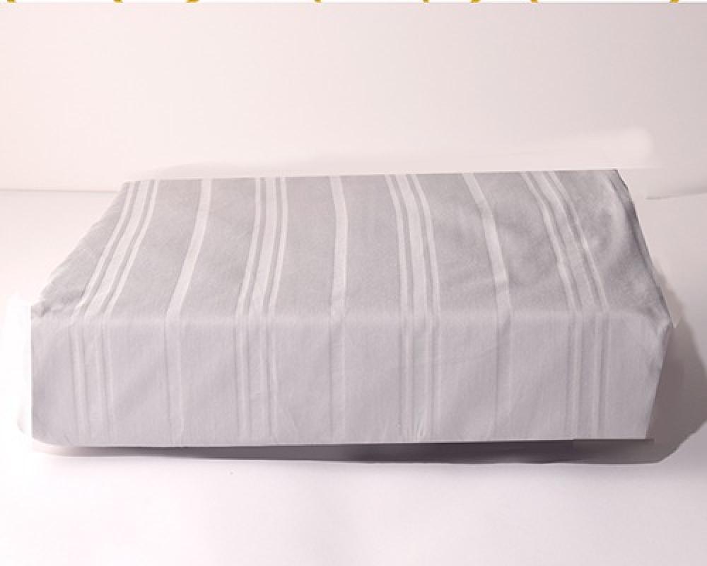 شرشف سرير نفر ونص مقلم لونه رمادي