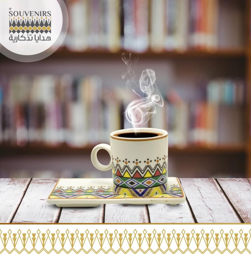 فنجان قهوة مع صحن بنقش القط