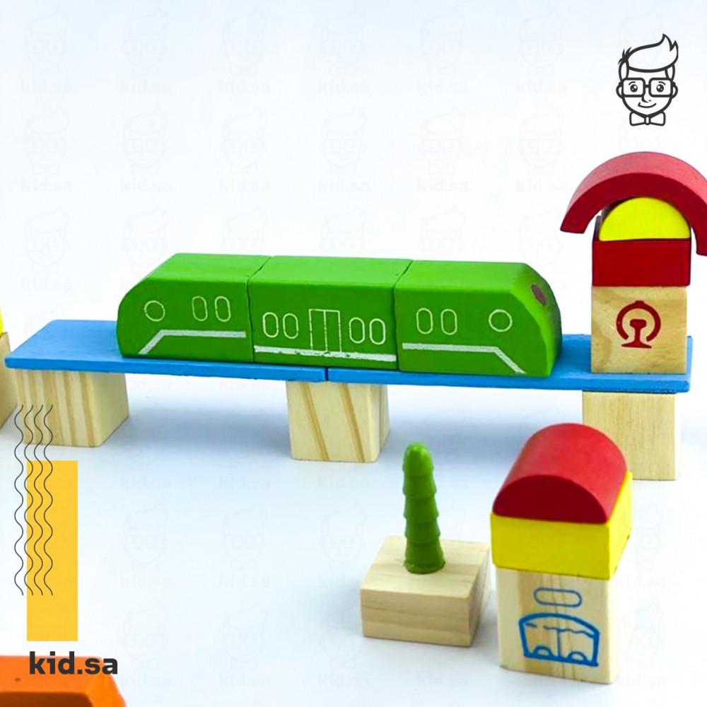 لعبة قطار و سيارات داخل مدينة خشبية